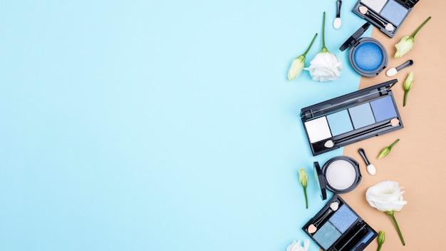 Asortyment Różnych Kosmetyków Z Miejsca Kopiowania Na Niebieskim Tle Darmowe Zdjęcia