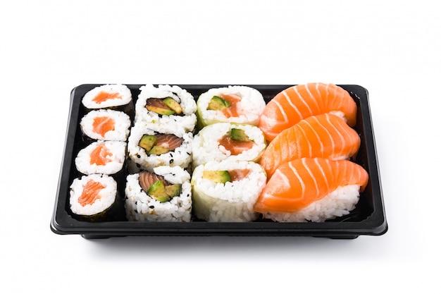 Asortyment Sushi Na Czarnej Tacy Na Białym Tle Premium Zdjęcia