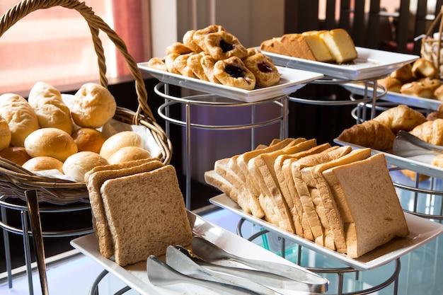 Asortyment świeżych ciast na stole w formie bufetu Darmowe Zdjęcia