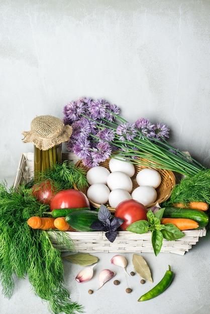 Asortyment Warzyw: Marchew, Pomidory, Ogórki, Koper Włoski, Czosnek W Koszyku. Premium Zdjęcia