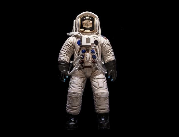 Astronauci w skafandrach kosmicznych na czarnym tle Premium Zdjęcia