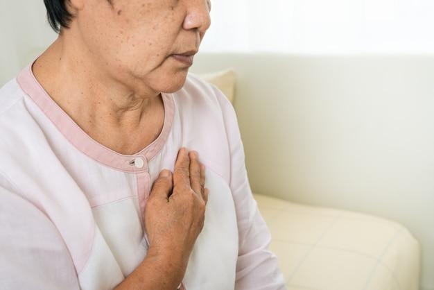 Atak Serca Starej Kobiety Mienia Klatka Piersiowa W łóżkowym Pokoju, Opieka Zdrowotna Problem Starszy Pojęcie Premium Zdjęcia