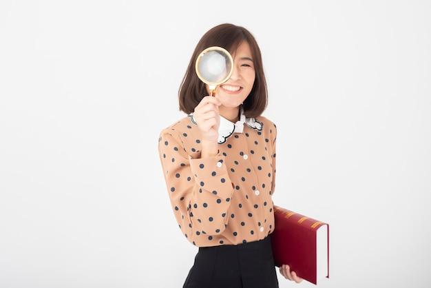 Atrakcyjna Azjatycka Kobieta Trzyma Książkę Na Biel ścianie Premium Zdjęcia