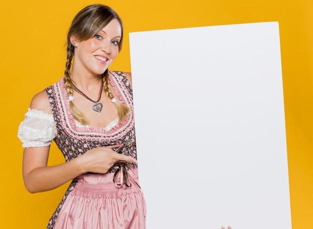 Atrakcyjna bawarska kobieta z makiety Darmowe Zdjęcia