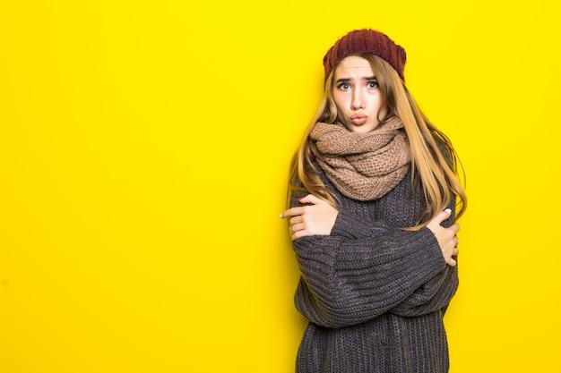 Atrakcyjna Blondynka W Ciepły Sweter Próbuje Się Rozgrzać Darmowe Zdjęcia