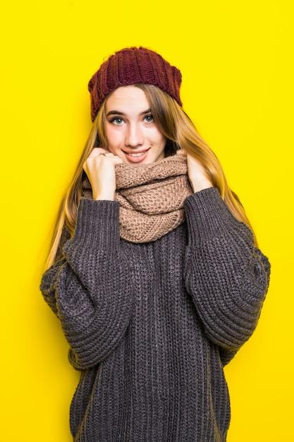 Atrakcyjna Blondynka W Ciepłym Swetrze Jest Chora Na Grypę I Próbuje Się Rozgrzać Darmowe Zdjęcia