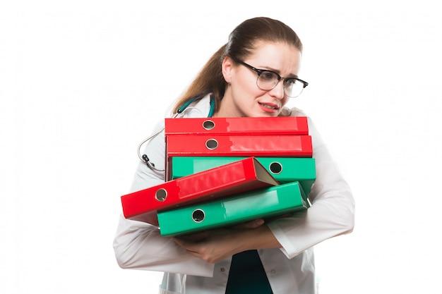 Atrakcyjna Caucasian Brunetki Kobiety Lekarki Smutna Pozycja W Biurze Z Segregatorami W Ona Ręki Premium Zdjęcia
