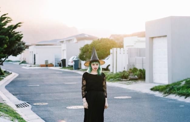 Atrakcyjna Czarownica Stojąca Na Ulicy Darmowe Zdjęcia