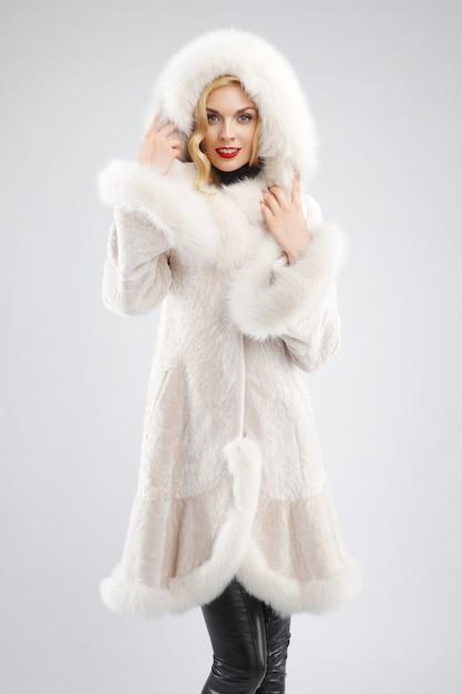 Atrakcyjna Dama W Białym Futerkowym żakiecie Z Kapiszonem Na Głowie Premium Zdjęcia
