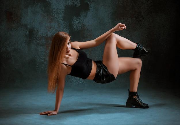 Atrakcyjna Dziewczyna Tańczy Twerk Na Niebiesko Darmowe Zdjęcia