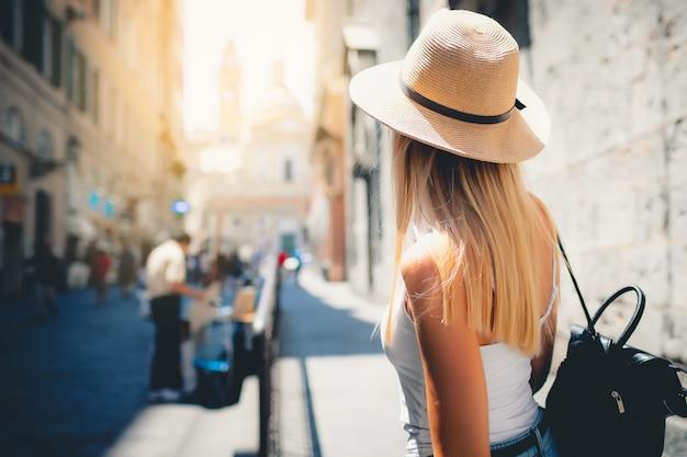 Atrakcyjna Dziewczyna Turystycznych W Kapeluszu Z Plecakiem Zwiedzanie Nowego Miasta W Europie Latem Premium Zdjęcia