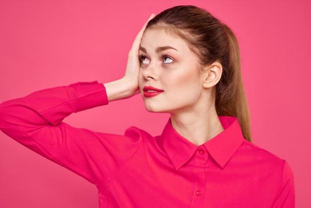 Atrakcyjna Dziewczyna W Różowej Koszuli Przycięty Widok Jasny Makijaż Czerwone Usta Gestykuluje Rękami Kopia Przestrzeń. Premium Zdjęcia
