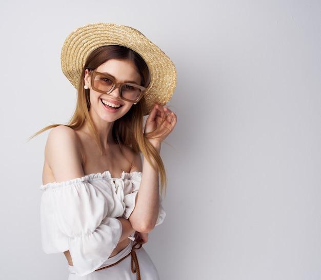 Atrakcyjna Kobieta Modne Okulary Kapelusz Luksusowy Uśmiech. Wysokiej Jakości Zdjęcie Premium Zdjęcia