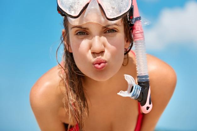 Atrakcyjna Kobieta Nosi Maskę Do Nurkowania Z Rurką, Pływa W Oceanie Lub Morzu, Lubi Nurkować, Lubi Letnie Wakacje, Pozuje Na Błękitne Niebo Darmowe Zdjęcia