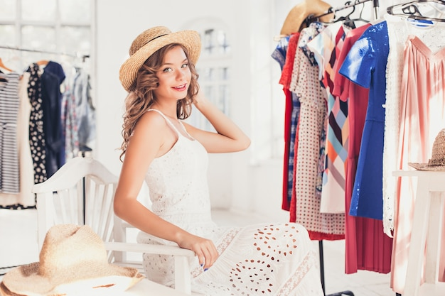 Atrakcyjna Kobieta Próbuje Na Kapeluszu. Szczęśliwych Letnich Zakupów. Darmowe Zdjęcia