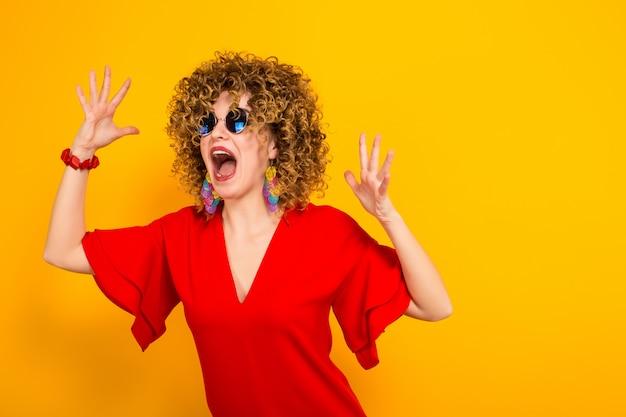 Atrakcyjna kobieta z krótkimi kręconymi włosami Premium Zdjęcia