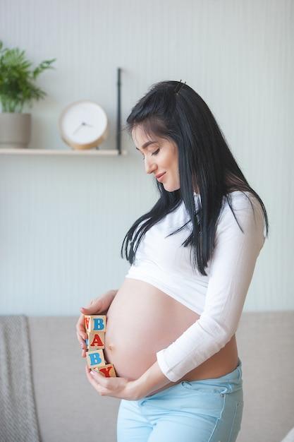 Atrakcyjna Młoda Kobieta Spodziewa Się Dziecka Premium Zdjęcia
