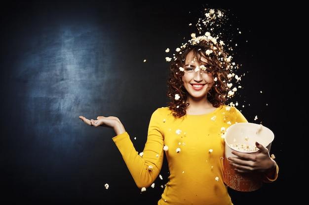 Atrakcyjna Młoda Kobieta Zostaje Pod Prysznic Popcornem Ręką Do Góry Darmowe Zdjęcia