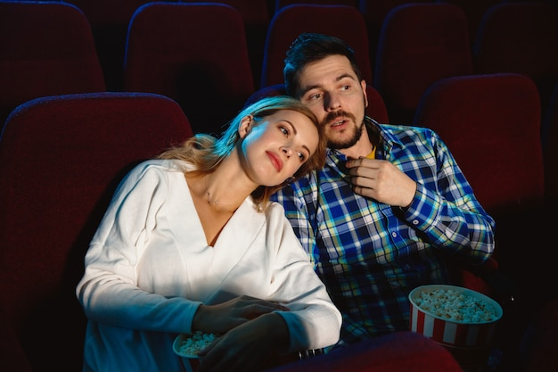 Atrakcyjna Młoda Para Ogląda Film W Kinie Darmowe Zdjęcia