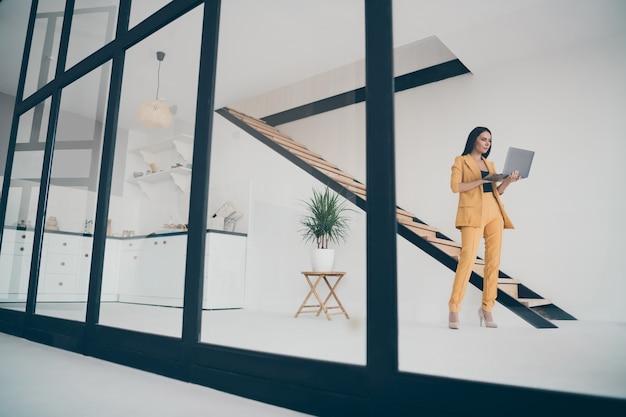 Atrakcyjna Pani Glamour Pozowanie W Pomieszczeniu Premium Zdjęcia