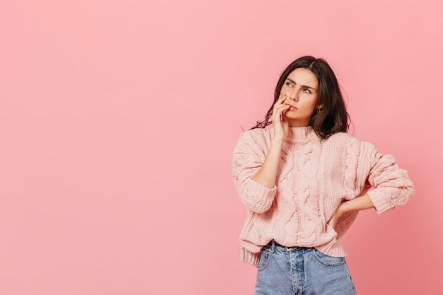 Atrakcyjna Pani W Jasnym Stroju Myśli O Nowym Pomyśle. Kobieta W Swetrze Pozowanie W Zamyśleniu Na Różowym Tle. Darmowe Zdjęcia