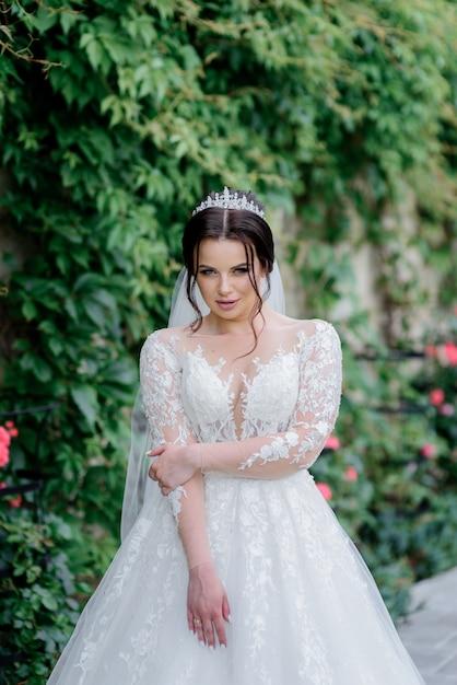 Atrakcyjna Panna Młoda Ubrana W Koronę Z Widokiem Lisa Na Zewnątrz W Pobliżu Zielonych Liści Darmowe Zdjęcia