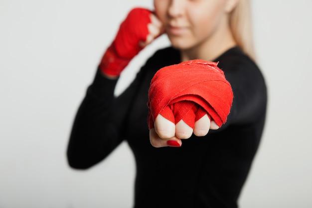 Atrakcyjna Sportsmenka Mma W Pozowaniu Owinąć Ręcznie. Pojedynczo Na Białym Tle Premium Zdjęcia