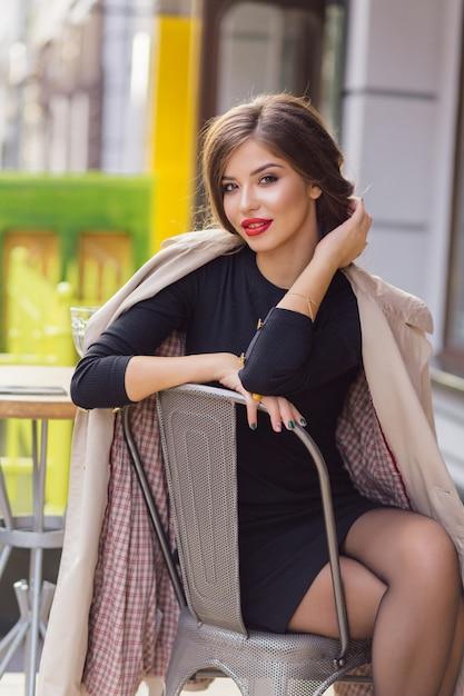 Atrakcyjna Stylowa Kobieta Ubrana W Czarną Sukienkę Z Zebranymi Ciemnymi Włosami Darmowe Zdjęcia