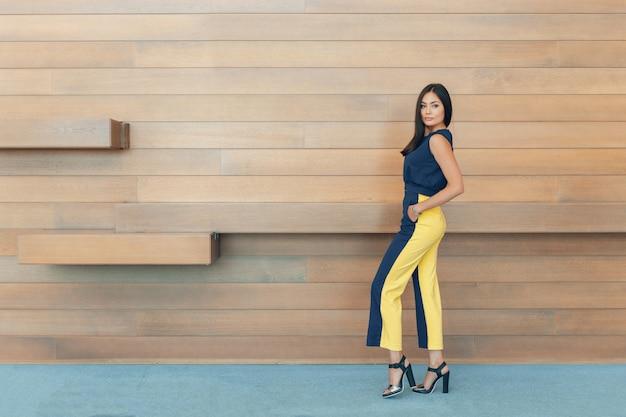 Atrakcyjna ufna młoda biznesowa kobieta Premium Zdjęcia