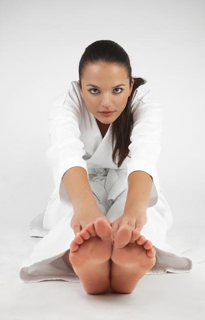 Atrakcyjne młode seksowne kobiety w karate pozie Premium Zdjęcia