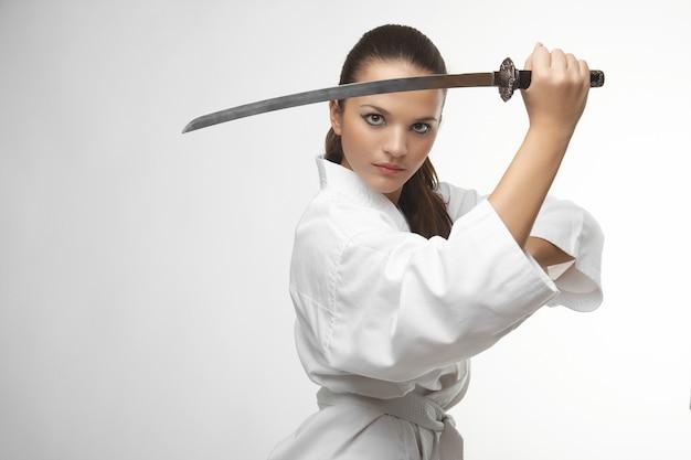 Atrakcyjne młode seksowne kobiety z mieczem samuraja Premium Zdjęcia