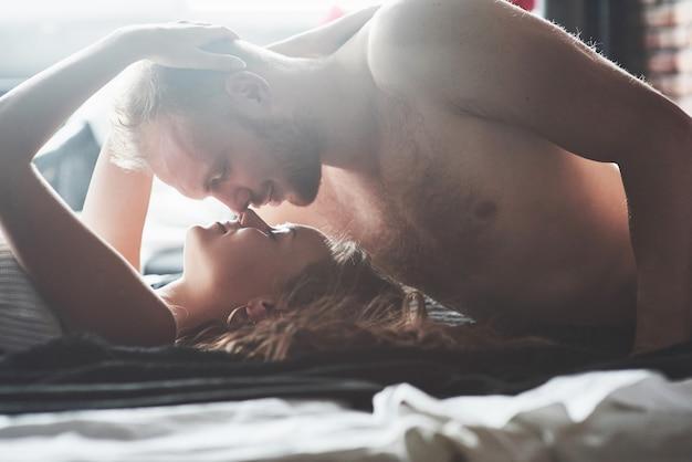 Atrakcyjni Młodzi Kochankowie Mają Pary Bawiące Się Razem W łóżku, Ubrane W Seksowną Bieliznę W Pokoju Hotelowym. Premium Zdjęcia