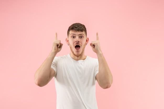 Atrakcyjny Męski Portret W Połowie Długości Z Przodu Na Różowym Tle Studio. Młody Emocjonalny Zaskoczony Brodaty Mężczyzna Stojący Z Otwartymi Ustami. Darmowe Zdjęcia