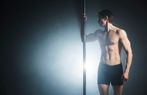 Atrakcyjny Model Mężczyzna Wykonujący Taniec Na Rurze Darmowe Zdjęcia