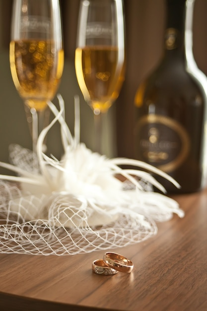 Atrybuty ślubne Leżą W Kapeluszu Lub Welonie, Kieliszkach I Butelkach Szampana Premium Zdjęcia