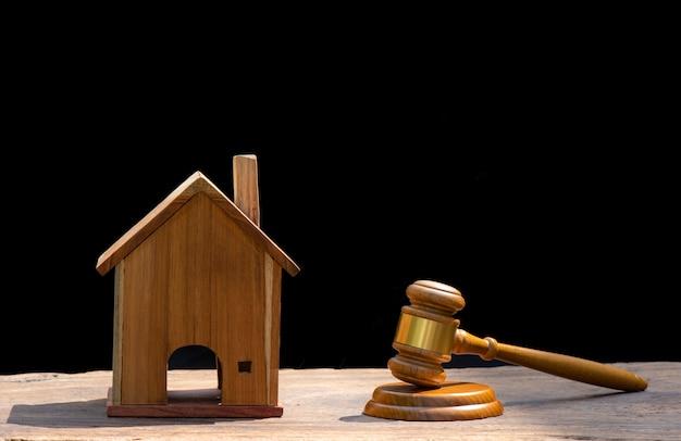 Aukcja domów, młot aukcyjny, symbol władzy i miniaturowy dom Premium Zdjęcia