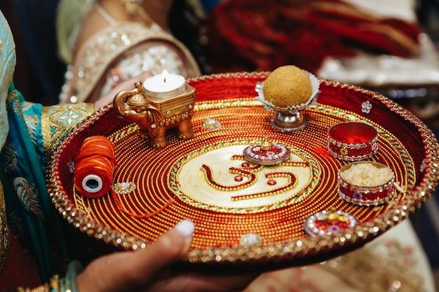 Autentyczna Indyjska Taca Z Tradycyjnymi świętymi Przedmiotami Na ślub Darmowe Zdjęcia