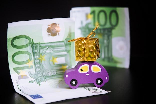 Autko, euro i złoty prezent na czarno Premium Zdjęcia