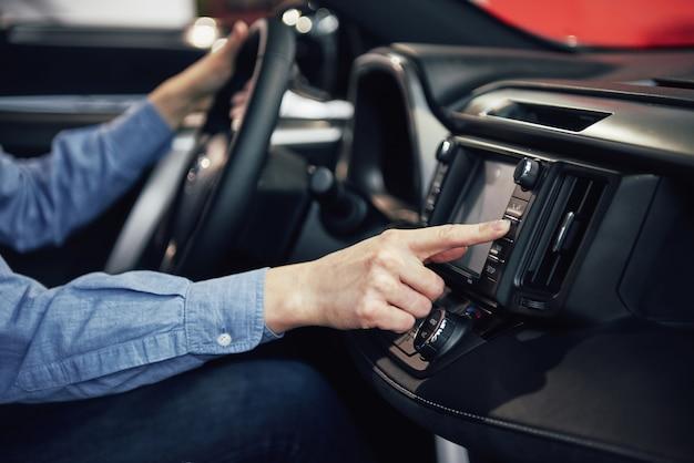Auto Biznes, Sprzedaż Samochodów, Konsumpcjonizm I Ludzie Pojęcie - Szczęśliwa Kobieta Bierze Samochód Od Sprzedawcy W Auto Przedstawieniu Lub Salonie Darmowe Zdjęcia