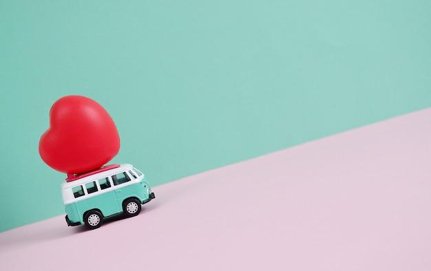 Autobus Hipisowski Z Czerwonym Sercem Na Dachu Miniaturowy Motyw Małego Samochodu Transparent Walentynki Premium Zdjęcia