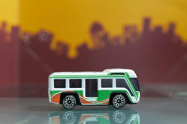 Autobus wahadłowy turystyczny zabawka selektywne focus na rozmycie miasta Premium Zdjęcia