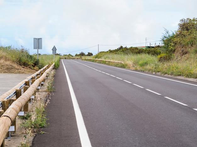 Autostrada Asfaltowa I Naturalne Otoczenie Darmowe Zdjęcia