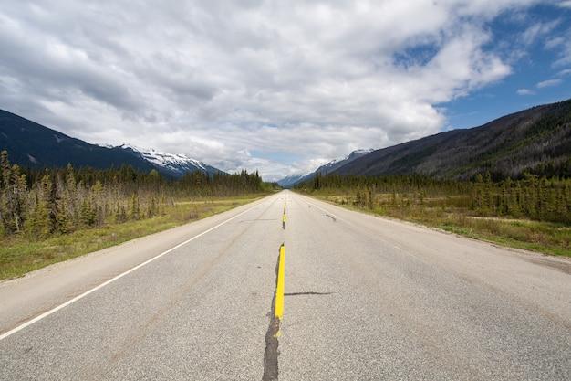 Autostrada Otoczona Górzystym Krajobrazem Pod Zachmurzonym Niebem W Kanadzie Darmowe Zdjęcia