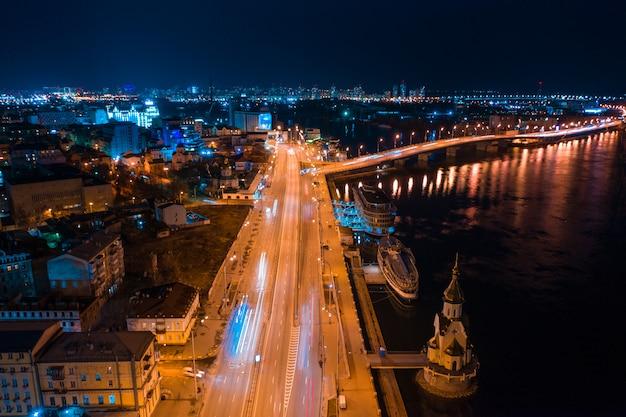 Autostrada W Nocy W Nowoczesnym Mieście Darmowe Zdjęcia