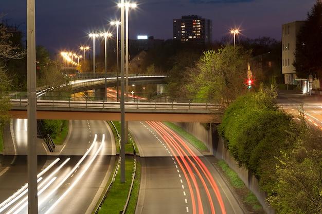 Autostrada z nocnym ruchem miejskim z koncentracją na drodze Premium Zdjęcia