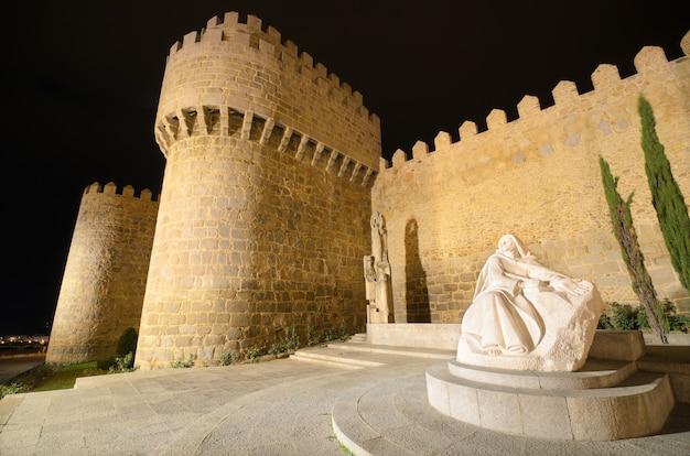 Avila Nocą, średniowieczne Mury Miejskie. Kastylia I Leon, Hiszpania. Premium Zdjęcia