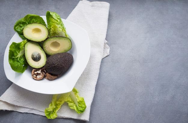 Avocados z sałatą na dużym talerzu Darmowe Zdjęcia
