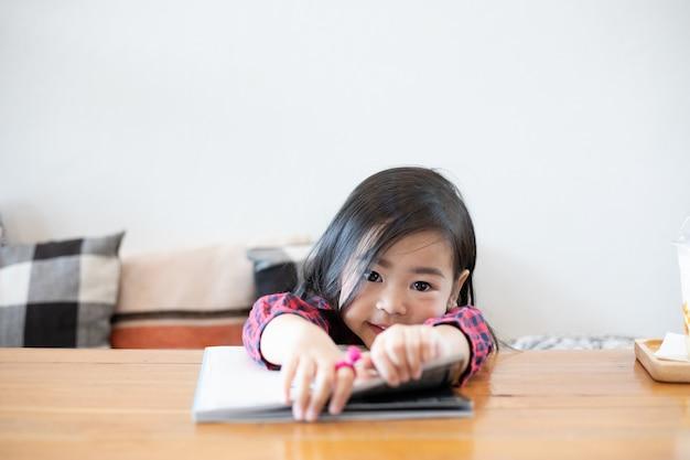 Azjatki śliczne Dziewczyny Czytają Książki. Premium Zdjęcia