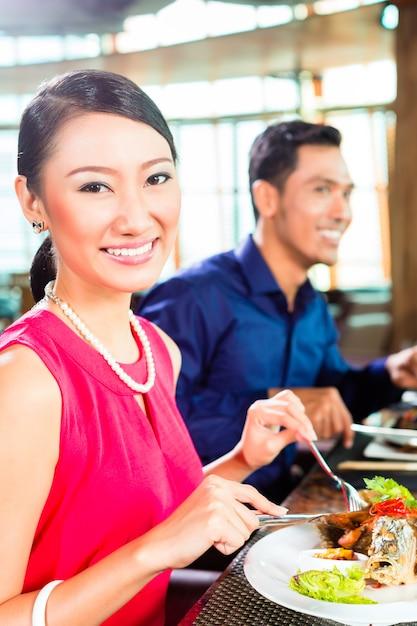 Azjatyccy Ludzie świetnie Jadą W Restauracji Premium Zdjęcia