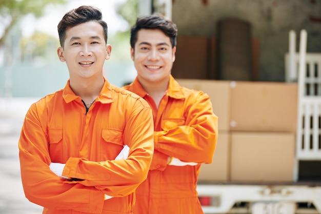 Azjatyccy Pracownicy Usług Przeprowadzkowych Premium Zdjęcia
